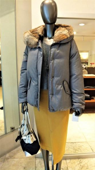FIGNOファーフードショート丈ダウンジャケット&CoombVネックふんわりニット&SHIRATAアシンメトリータイトスカート